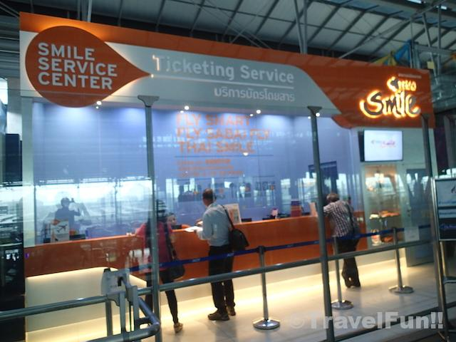 タイ航空のチケットカウンターのちょうど上にあるタイスマイル航空のチケットカウンター。