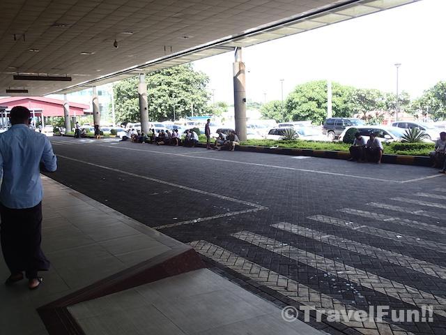 ヤンゴン国際空港の到着出口。ここにタクシーの運転手もいる。