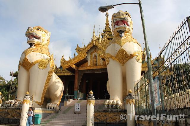 シュエダゴン・パゴダの入口。下の人と比べると両側のライオンがとても大きいことが分かる。